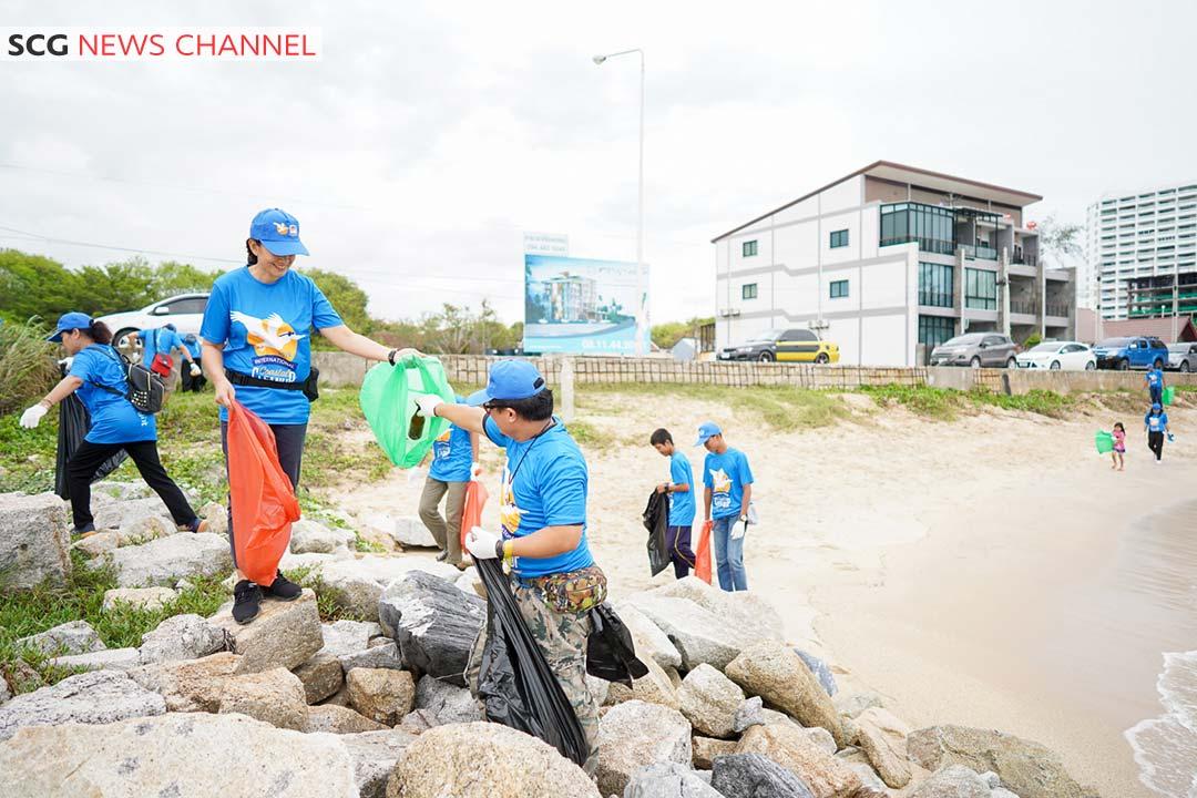 จิตอาสากว่า 4500 คน ร่วมเก็บขยะชายหาด