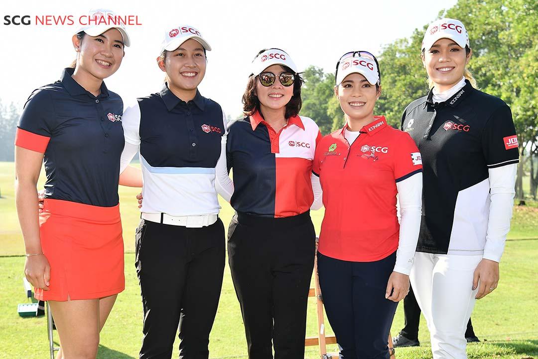 วีนัส อัศวสิทธิถาวร ผู้บริหารเอสซีจี และ 4 นักกอล์ฟสาวไทย เมียว จีน โม เม